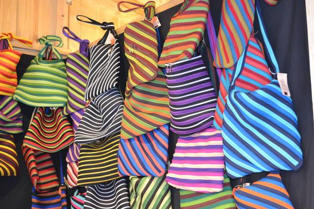 ... глиняные изделия, украшения и поделки из ракушек, футболки и пляжные  сумки с надписью «Goa», кружки со слонами, курительные принадлежности,  барабаны, ... 0485525933e